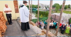 Праздничное положение первого кирпича в строительстве стен святыни в Житомире.
